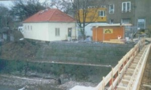 Steilböschung mit Brückenauflage (Freital in Sachsen)