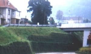 Fertiggestellte Steilböschung mit Brückenauflage